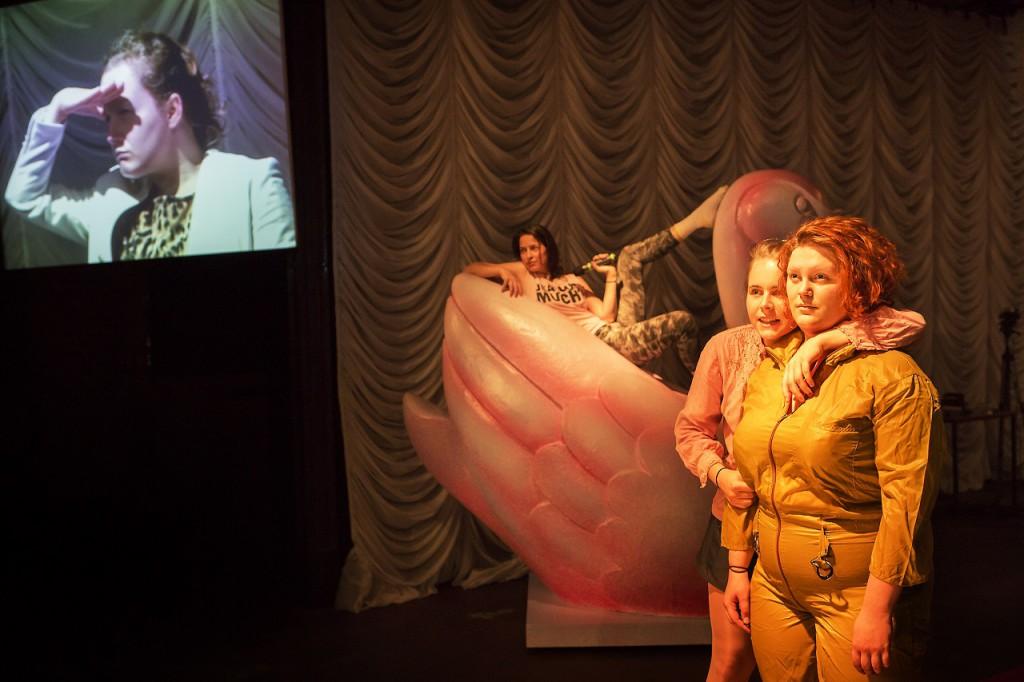 Schauspiel Leipzig I can be your hero baby Henrike Iglesias Von und mit: Anna Fries, Hanne Lauch, Laura Naumann, Marielle Schavan und Sophia Schroth
