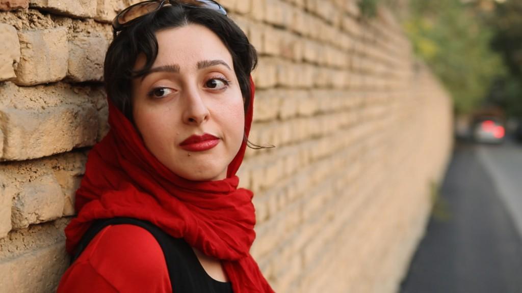 Komponistin Sara Najafi mit rotem Kopftuch. © Basis Film