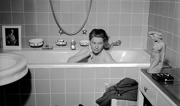 © Lee Miller Archives  David E. Sherman, Lee Miller in Hitlers Bade-wanne, München, Deutschland, 1945  David E. Sherman, Lee Miller in Hitler's bathtub, München / Munich, Germany, 1945