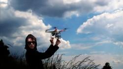 Bild 01 Zentralmotiv. Sibylle Berg und Drohne