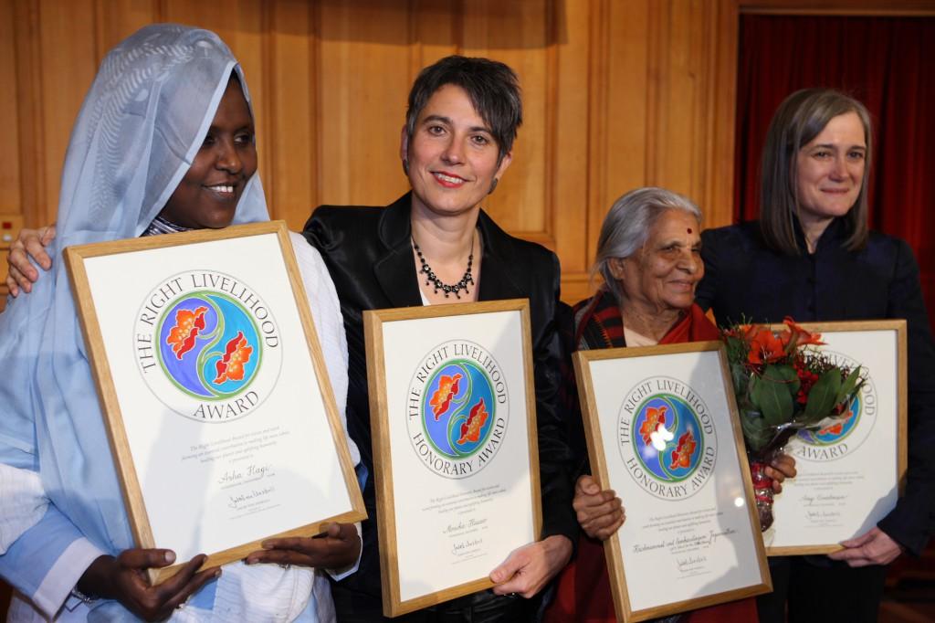 Die Verleihung des Alternativen Nobelpreises in Stockholm am 8. Dezember 2008. Monika Hauser (2. von links) mit den anderen Preisträgerinnen, der somalischen Frauenrechtlerin Asha Hagi, der Inderin Sankaralingam Jagannathan und die US-Journalistin Amy Goodman. © Cornelia Suhan/medica mondiale