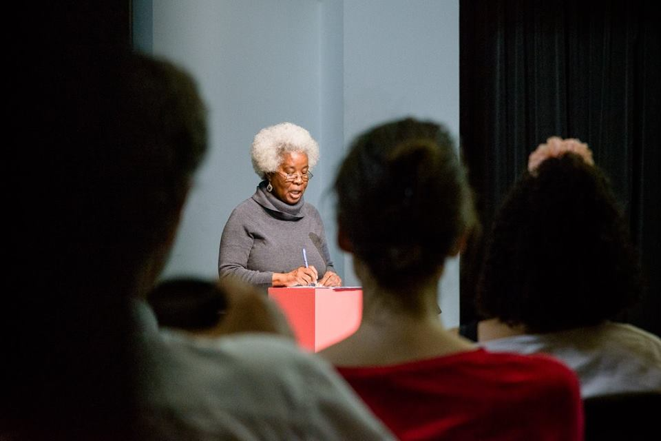 "Erna Brodber bei ihrer Lecture ""Blackspace and Knowledge Production"" © Hannes Wiedemann"