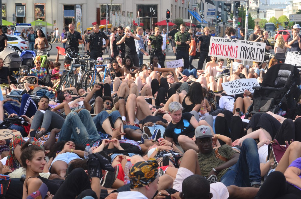 Liegender Protest am Potsdamer Platz während der #BlackLivesMatter-Demonstration am 10. Juli 2016 in Berlin © Chris Schulz