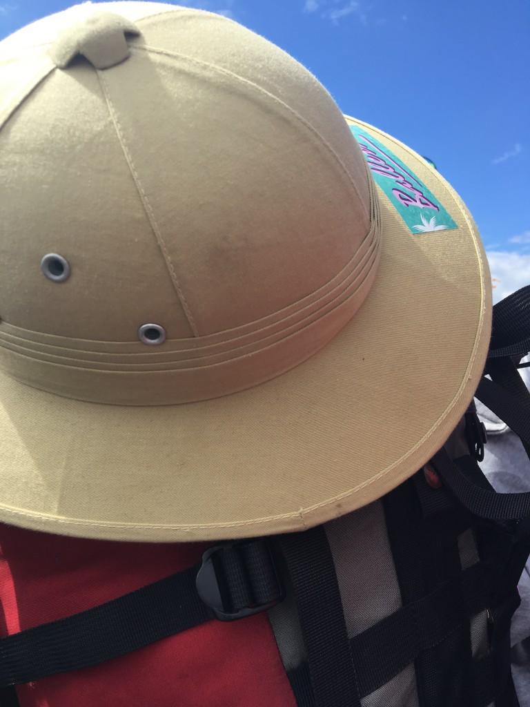"""Neben weißen Dreadlocks, Federschmuck, Bindis und Pluderhosen ist auch dieser Hut im """"I can trace my wealth back to slavery""""-Starter-Pack."""