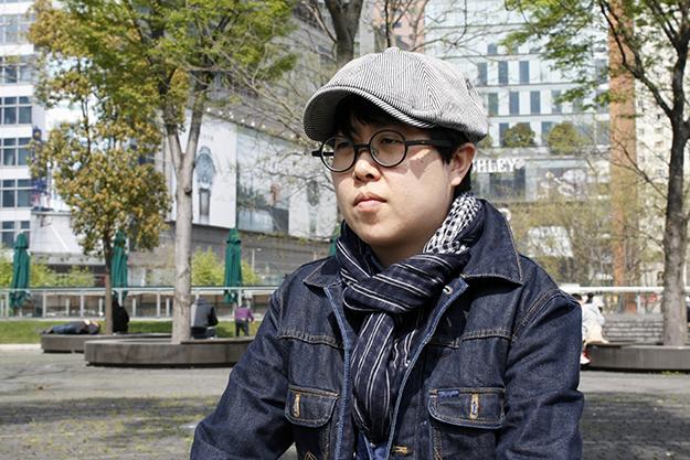 Kun Shou, selbst in einer Scheinehe, berät junge Lesben in Shanghai. © Katharina Tai